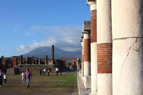 Pompei: favorivano la sepoltura dei defunti vicini ai politici