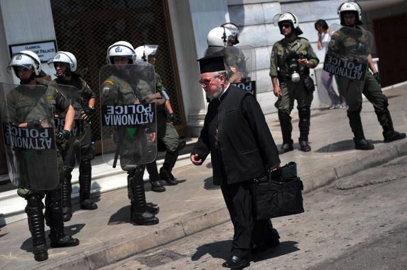 Grecia, la troika chiede il taglio degli stipendi ai preti ortodossi