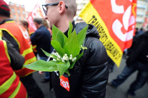 Crisi in Francia: sempre più pensionati impegnati nella raccolta del mughetto, simbolo del 1° maggio