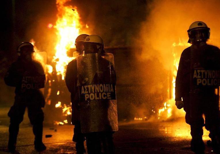 Grecia, aumenta la violenza degli scontri ad Atene, picchiato ex Ministro dei Trasporti