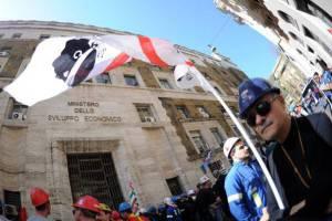 Proteste davanti al ministero dell'Economia (Getty images)