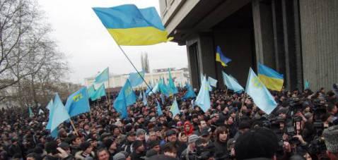 Proteste davanti al Parlamento della Crimea (Vasiliy BATANOV/AFP/Getty Images)