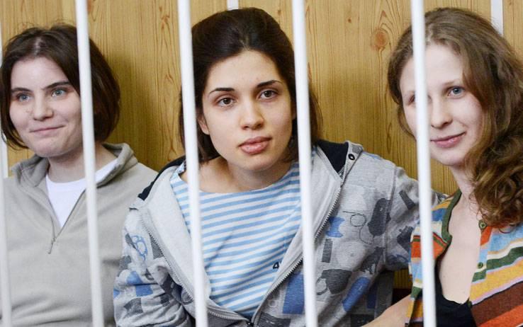 Le Pussy Riot condannate per teppismo e incitamento all'odio religioso: 2 anni di carcere
