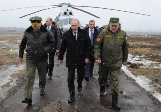 Il presidente russo Putin con il Ministro della Difesa russo Sergei Shoigu (sinistra) e alcuni militari (MIKHAIL KLIMENTYEV/AFP/Getty Images)