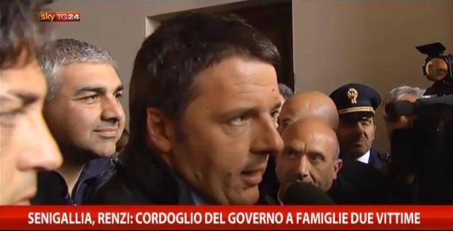 """Maltempo, Renzi a Senigallia: """"Non mollate, siamo qui per aiutarvi"""""""