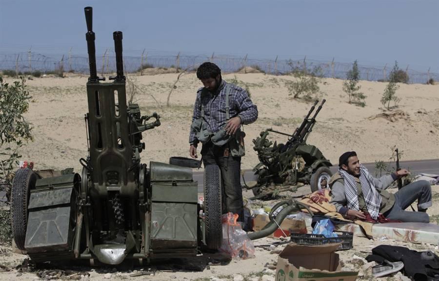 Libia: raid aerei di Gheddafi su Brega mettono in fuga i ribelli