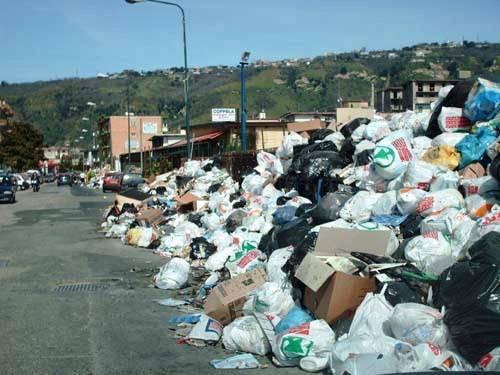 Emergenza rifiuti a Napoli: l'esercito a Pozzuoli per liberare le strade