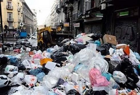 Emergenza rifiuti, Napoli invasa dalla spazzatura