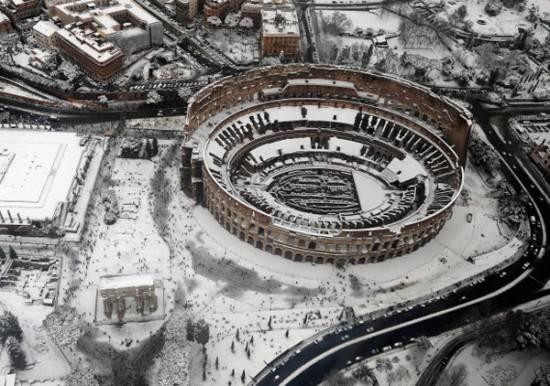 """Alemanno risponde alle critiche: """"Spalo neve e lavoro 18 ore al giorno"""". L'Esercito interviene in centro Italia"""