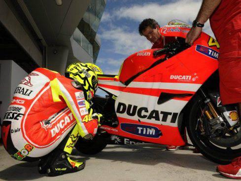 Valentino Rossi premiato a Dubai per 'ritorno dell'anno': Ducati attende il secondo tempo di Sepang