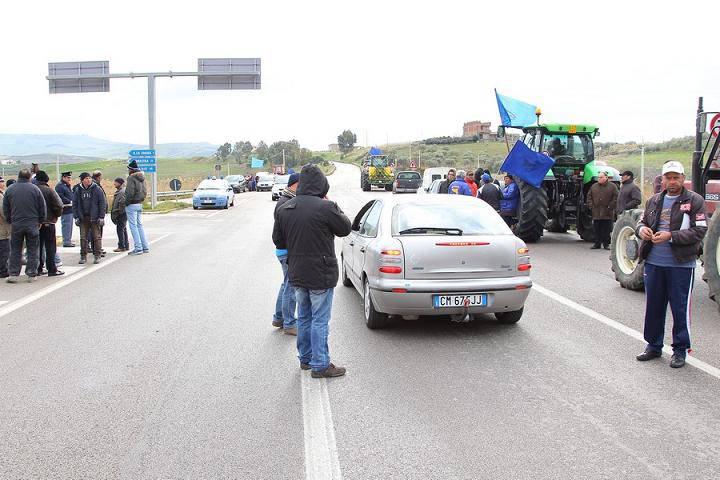 """Sicilia paralizzata dalla protesta dei tir e dei """"forconi"""", scarseggia la benzina"""