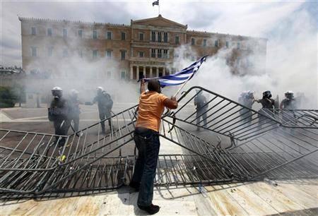 Scontri in Grecia: black-block rivoltano Atene, Papandreou firma piano austerity