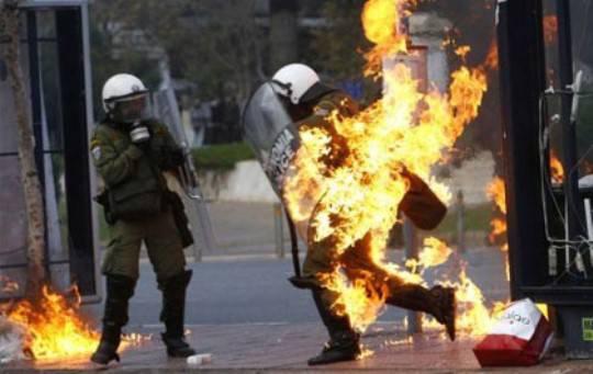 Rivolta in grecia anarchici assediano il parlamento for Parlamento ieri