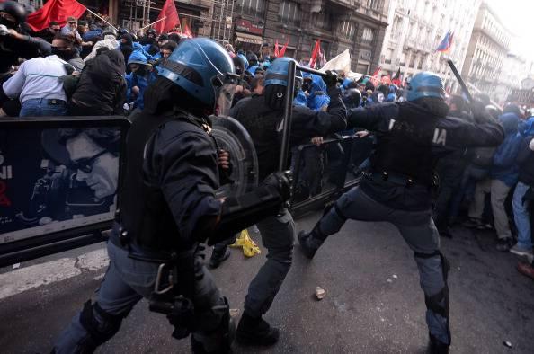 Corteo di Roma, si presenta in Questura l'agente che ha colpito la manifestante