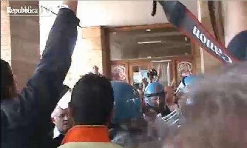 """Terni, la versione della polizia: """"Sindaco colpito da un'ombrellata"""" (VIDEO)"""