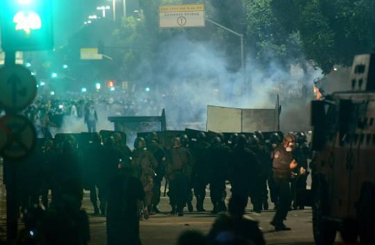 Brasile: continuano gli scontri, un morto. Più di un milione in strada