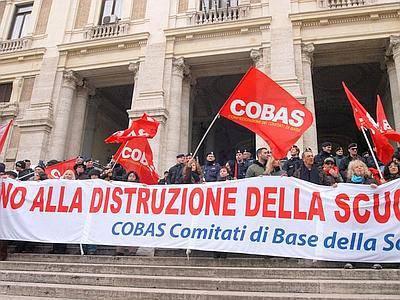 """SCUOLA / Manifestazione Cobas, docenti e studenti scendono in piazza al grido di """"Gelmini dimettiti"""""""