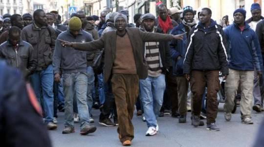 Dopo la strage xenofoba Firenze dice no al razzismo: al corteo anche Bersani