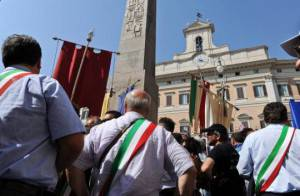 Manifestazione dei Sindaci davanti a Montecitorio (ANDREAS SOLARO/AFP/Getty Images)
