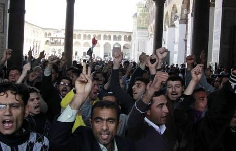 Siria, carri armati sparano sulla folla intorno alla moschea di Daraa