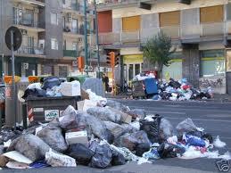 Napoli di nuovo sommersa dai rifiuti: 1.800 tonnellate di spazzatura non raccolte
