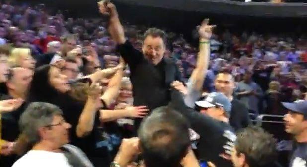 Bruce Springsteen in concerto a Filadelfia scende dal palco e si fa una birra con i fan (video)