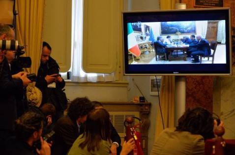 Lo streaming Grillo-Renzi (ANDREAS SOLARO/AFP/Getty Images)