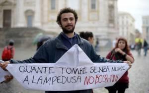 Studente ricorda le vittime dei naufragi di Lampedusa (FILIPPO MONTEFORTE/AFP/Getty Images)