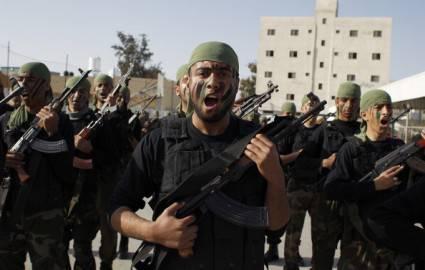 Studenti palestinesi in un corteo di Hamas promosso a Rafah, città a sud della Strisica di Gaza (Getty images)