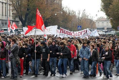 A Roma sono centomila gli studenti nel corteo contro la Riforma Gelmini della scuola