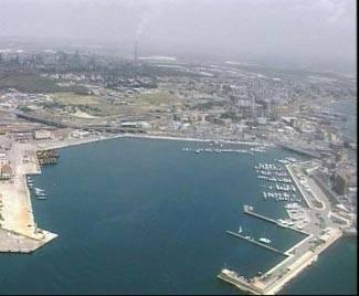 Disastro ambientale a Taranto: tonnellate di carburante in mare da una nave panamense