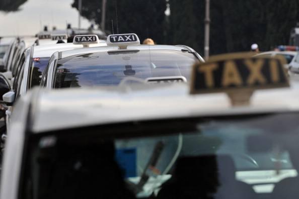 Milano: rapinatore di taxi arrestato grazie alle sue orecchie a sventola