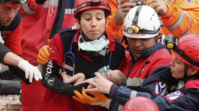 Terremoto in Turchia: rivolta nel carcere di Van, detenuti trasferiti. Estratta viva neonata di due settimane