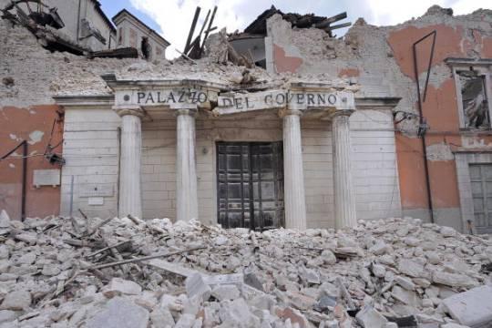 """Il """"Palazzo del Governo"""", sede della Prefettura dell'Aquila, distrutto dal terremoto del 6 aprile 2009 (Foto: ROBERTO SALOMONE/AFP/Getty Images)"""