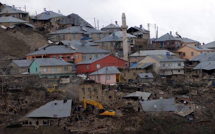 Terremoto in Turchia: i morti salgono a 523. Salvato un ragazzo