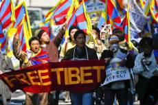 Cina: altri due giovani monaci buddisti si danno fuoco