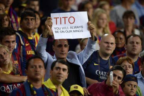 Un tifoso del Barcellona con un cartello in onore dell'ex allenatore Tito Vilanova: sarai sempre nelle nostre menti (LLUIS GENE/AFP/Getty Images)