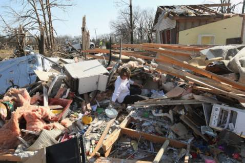 tornado illinois1 478x318 Devastazioni dei tornado negli Stati Uniti, la fotogallery