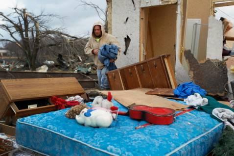 tornado indiana2 478x318 Devastazioni dei tornado negli Stati Uniti, la fotogallery