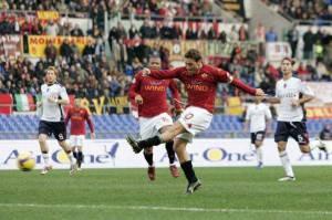 Continua la sfida a distanza tra i giallorossi di Totti e l'Inter