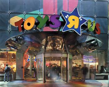 """GIOCATTOLI / """"Toys 'R' Us"""" cambia logo a """"Fao Schwarz"""". Non ci sarà più un cavallo a dondolo con un soldato giocattolo: al suo posto arriva Wit, una mascotte tipo giullare"""