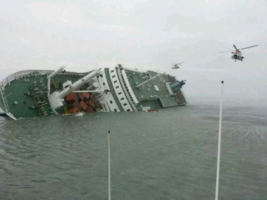 Corea del Sud, naufragio traghetto: è caccia all'armatore accusato di aver violato norme di sicurezza