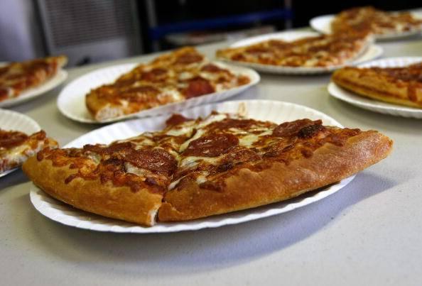 Soffoca mangiando una pizza, bimba salvata da due cameriere con la laurea
