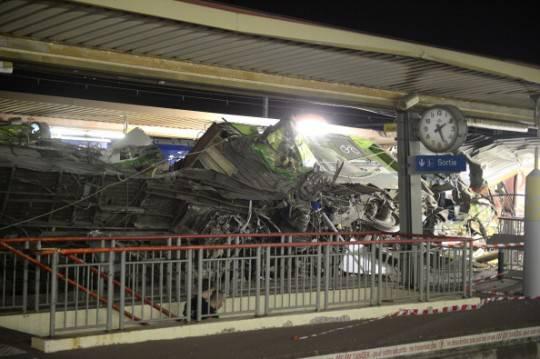 Francia, treno deragliato vicino Parigi: soccorsi al lavoro tutta la notte