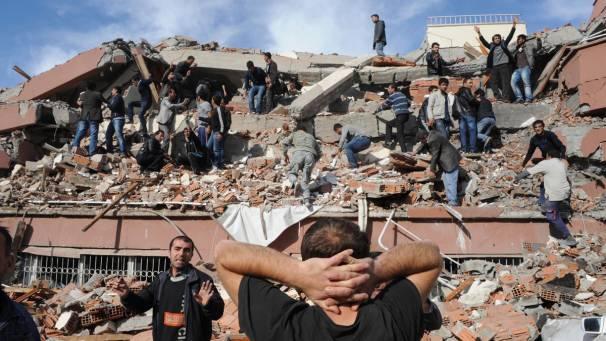 Terremoto in Turchia: scosse di assestamento nella notte, Ingv teme diecimila morti