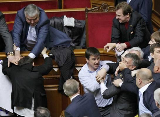 Rissa al parlamento ucraino cinque deputati in ospedale for Parlamento ieri
