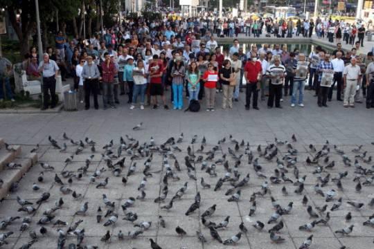 Turchia: prosegue la protesta pacifica dell'Uomo in piedi. Migliaia di persone in piazza