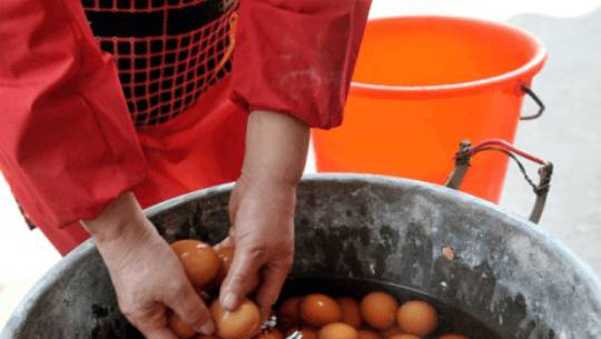 Ricetta cinese: uova sode bollite nell'urina dei bambini (video YouTube)