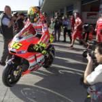 Valentino Rossi Ducati: studiare Casey Stoner per far volare la Desmosedici, gas e freno posteriore i segreti del Canguro
