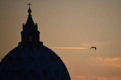 La cupola della Basilica di San Pietro al tramonto, Città del Vaticano, Roma (GABRIEL BOUYS/AFP/Getty Images)